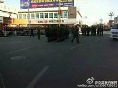 当地公安部门派出大批警员及武警到场戒备。(微博图片)