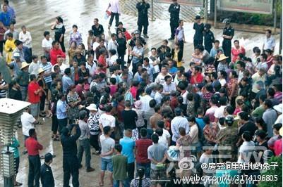 图片:云南省红河州蒙自县大屯镇的两千位村民堵路维权,抗议镇政府违规强征土地修建高尔夫球场。(新浪微博)