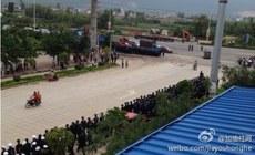 图片:当局出动大批警力到场维稳。(新浪微博)