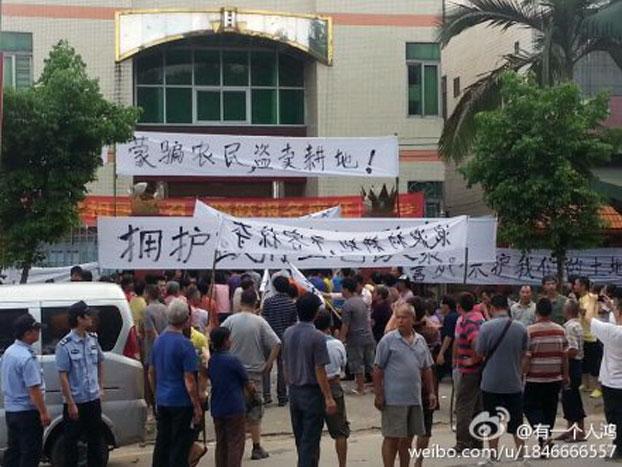 广东江门台山市板岗浪波村数百村民周一在桥湖路示威抗议板岗管区村干部未经村民同意的情况下,私卖土地。(微博)