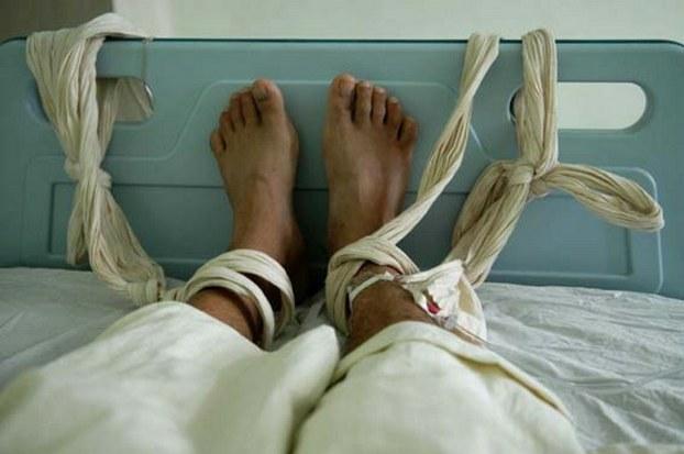 图片: 福州福建一位患精神病的病人双脚被绑以接受输液。 (法新社资料图片)