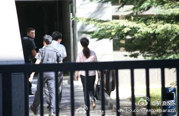 李天一涉嫌强奸案第二天庭审,李天一母亲梦鸽也来到法院。(新浪微博)