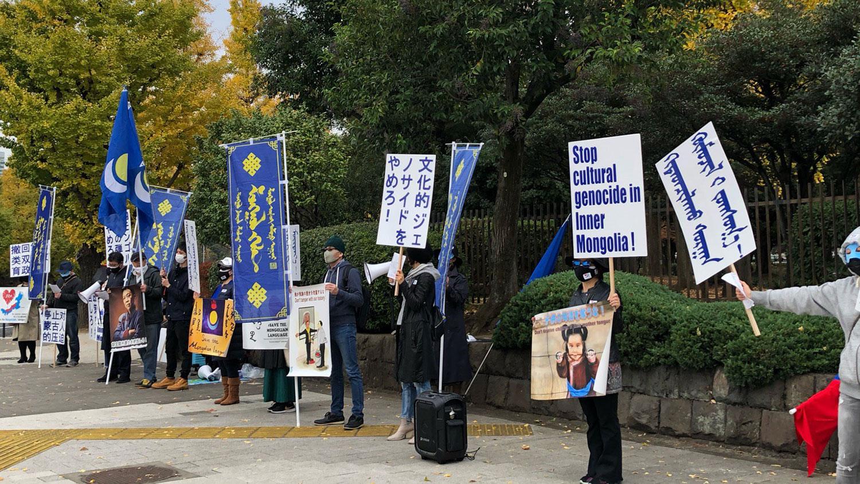 抗议者手举被捕者相片,要求中国立即释放被捕者。(志愿者提供/记者乔龙)
