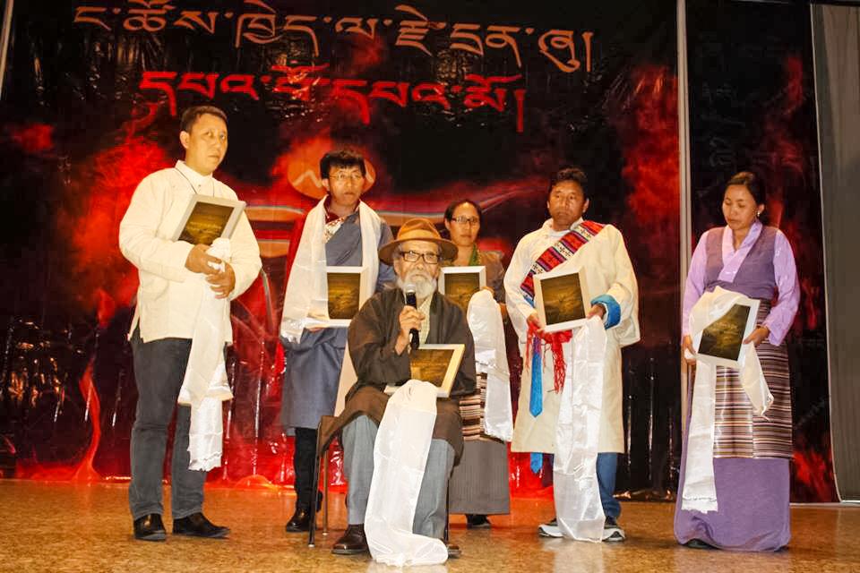 图片:活动主办方为达纳晋美桑布(中坐者)等西藏前政治犯颁发纪念奖品。(活动主办人提供/首发)