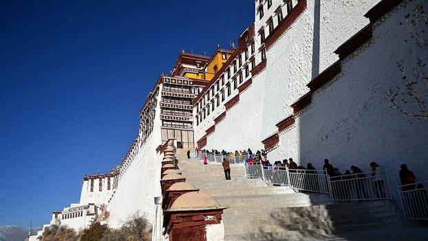 西藏拉萨布达拉宫的朝佛信众(受访者提供)