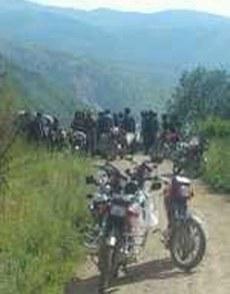 图片:炉霍县旦都乡藏人等候索南仁青。(受访人提供)