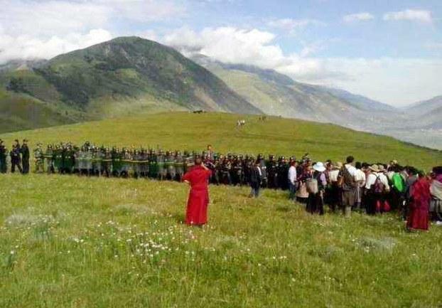 图片:四川道孚藏人为达赖喇嘛祝寿遭军警镇压场景。(受访人提供)