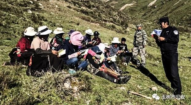 """青海玉树市仲达乡藏人于今年6月在山上采挖虫草时被强制学习""""扫黑政策""""(微信/ 受访人提供)"""