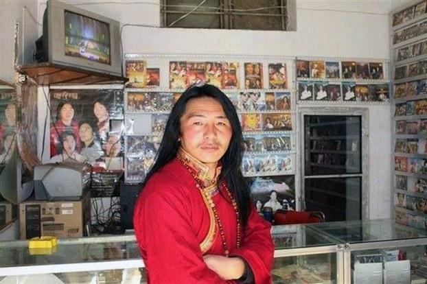 图片:被判刑五年的青海同仁县多哇乡弹唱歌手夏吾扎西。(受访人提供)