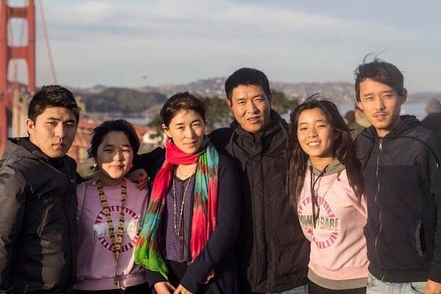 """知名藏人前政治犯顿珠旺青和其妻子及儿女在美国旧金山团聚(""""为西藏拍片""""网站)"""