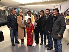 顿珠旺青在机场受到美国北加州西藏协会理事成员的迎接(北加州西藏协会脸书)