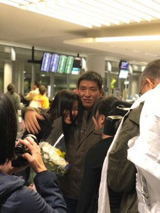 顿珠旺青在机场与家人相拥(北加州西藏协会脸书)
