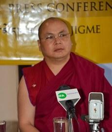 知名前政治犯果洛久美于2014年5月28日在达兰萨拉的记者会上讲述逃离西藏经历(记者丹珍摄)