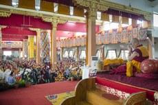 图片:达赖喇嘛从12月23号开始在印度南部孟戈德西藏甘丹寺传法。(达赖喇嘛网站)