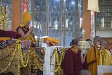 图片:境内外康区杂曲卡藏人于12月28号向达赖喇嘛献供永驻长寿法仪轨。(达赖喇嘛网站)