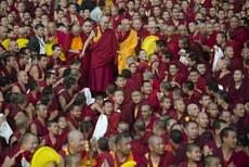 图片:12月29号结束七天法会后,达赖喇嘛与僧众合影。(达赖喇嘛网站)
