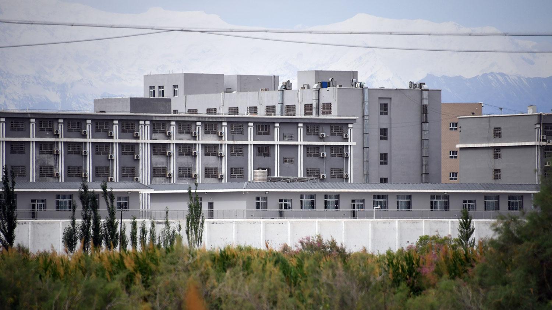中国政府被指以再教育名义在新疆囚禁大批维吾尔人。图为新疆一所再教育营。(法新社)