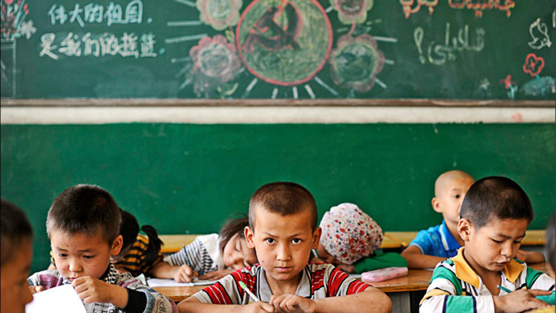 """中国新疆维吾尔自治区一所小学教室内,写有""""伟大的祖国是我们的摇篮""""等标语。 (路透资料照)"""