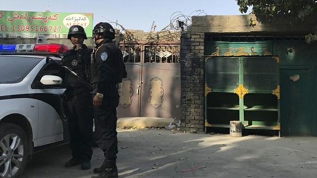 警察在新疆一所再教育营前巡逻(美联社)