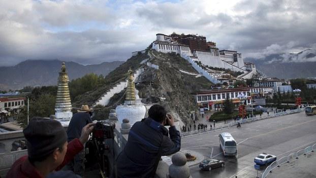 游客在西藏布达拉宫前拍照。(美联社)