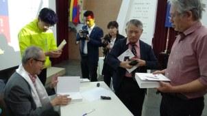刘汉城发表新书后签书。(记者夏小华摄)