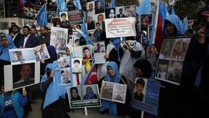 资料图片:流亡土耳其的维吾尔人在伊斯坦布尔游行示威,抗议中国政府对穆斯林的镇压。(美联社)