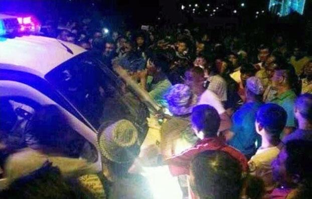 2013年7月20日晚,内蒙古锡林郭勒盟苏尼特左旗发生警民冲突。事件中有警车被砸,目前多名被捕牧民仍未获释。(中国茉莉花革命网)