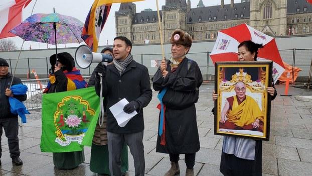 国会议员阿里夫·维拉尼在国会山庄前支持西藏人民。(加拿大西藏委员会提供)