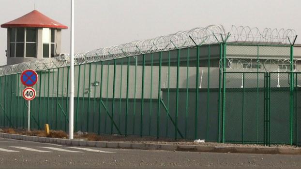 图为中国新疆地区阿图什市昆山工业园区的一个拘留营。越来越多的被拘留者被送往营地内。(美联社摄于2018年12月3日)