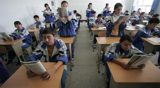 图片: 新疆维吾尔自治区和田地区一家中学的学生在上课。 (法新社资料图片)