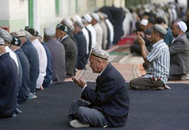 新疆穆斯林进入斋月,当局加强对斋月期间的所谓维稳工作。图为新疆省喀什葛尔的回教徒在一清真寺内祈祷。(资料图/AFP)