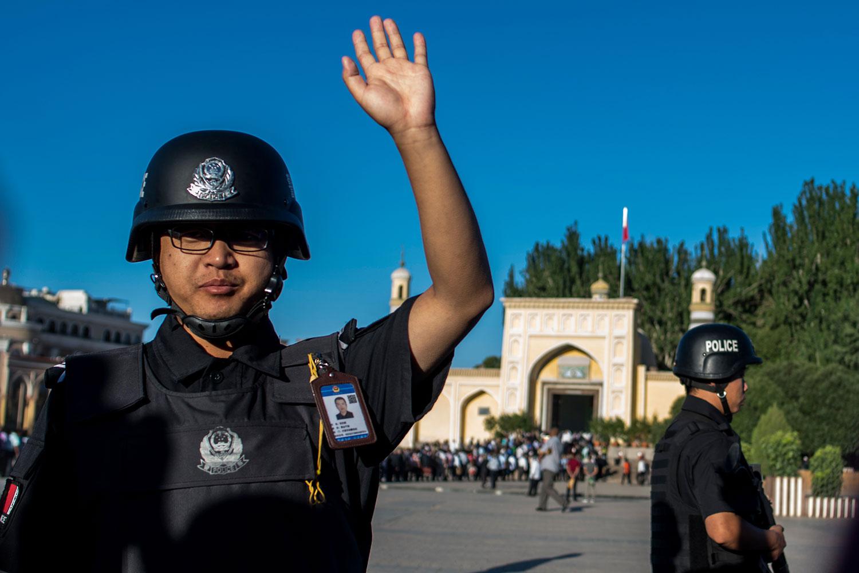 2017年6月26日,新疆维吾尔自治区喀什市,在清真寺站岗的警察。(美联社)