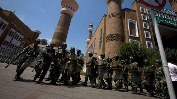 资料图片:防暴警察在新疆乌鲁木齐一座清真寺附近巡逻。(美联社)
