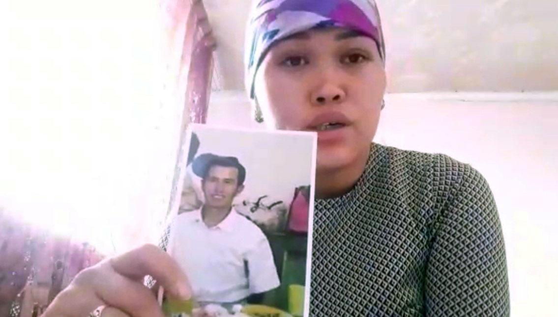 哈国公民古丽美拉.阿拜别克,讲述哥哥阿扎马提被判刑11年。(志愿者提供/记者乔龙)