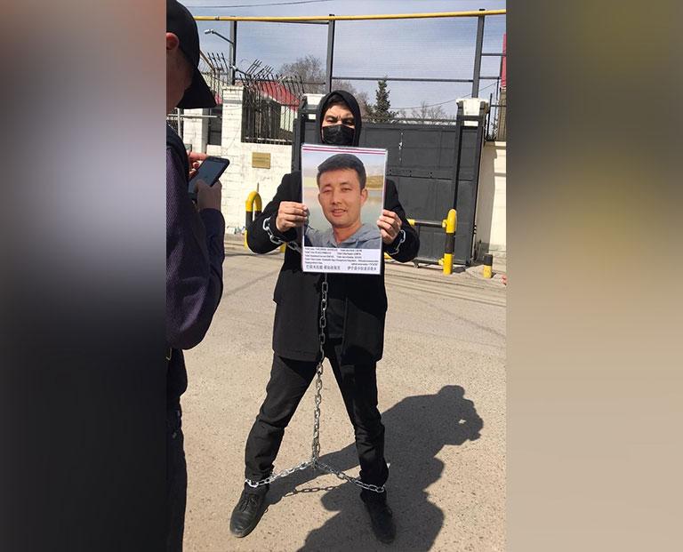3月16日,哈萨克斯坦公民巴依波拉提在中国驻阿拉木图领事馆门前,抗议当局拘捕其弟弟巴依木拉提.那如孜别克,并判刑10年。(当事人提供/记者乔龙)