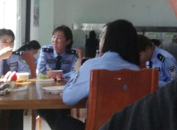 疏勒县女子监狱内的女性管教人员在食堂。(志愿者独家提供)