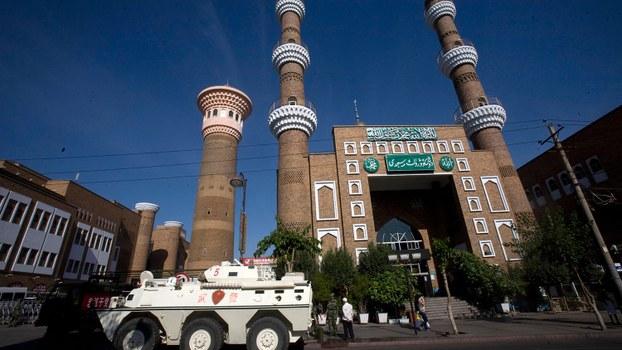 资料图片:装甲运兵车停在新疆乌鲁木齐市一座清真寺外。(美联社)