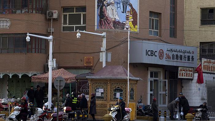 新疆喀什居民正在通过街头设立的安检(美联社)