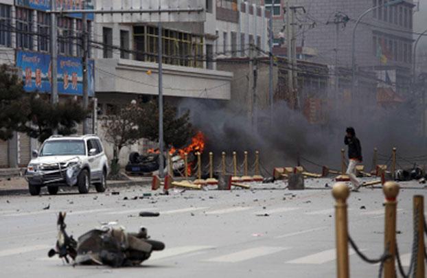评论人士指出,藏人自焚完全是中共当局造成的,中共在藏区的高压政策,迫使藏人只能以这种方式抗争。图为2008年3月14日西藏拉萨市,中共当局与藏人发生20年来最严重的警民冲突。(AFP)