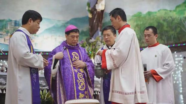 资料图片:福建闽东辅理主教郭希锦(左二)。(天亚社)