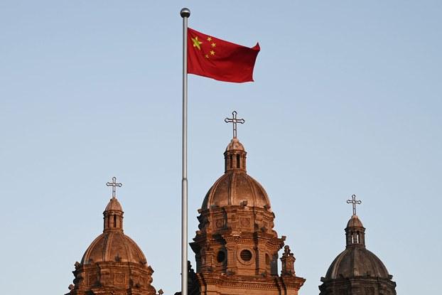 2020年10月22日,中国国旗在北京圣约瑟夫教堂(又称王府井天主教堂)前飘扬,这一天梵中之间的签订关于主教任命的临时协议又续签了两年。(法新社)