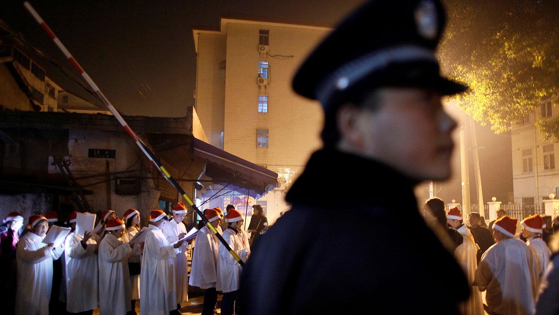 图为上海朱家角天主教堂的信徒参加在郊区街道上的圣诞节活动。(路透社)
