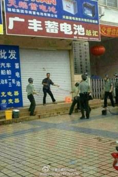 广西东兴男子冲进计生局持刀砍杀致2死4伤。(图片来源:新浪微博)