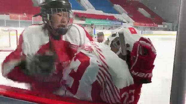 2019年7月31日,香港冰球运动员(右)在河北承德举行的全国青年运动会冰球比赛中遭到中国队员的群殴。(视频截图)