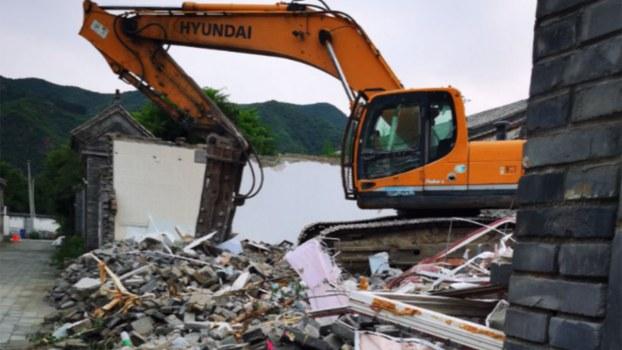 北京怀柔的水长城四合院遭当局强拆。推土机把民居夷为平地。(盛洪独家提供,拍摄日期不详)