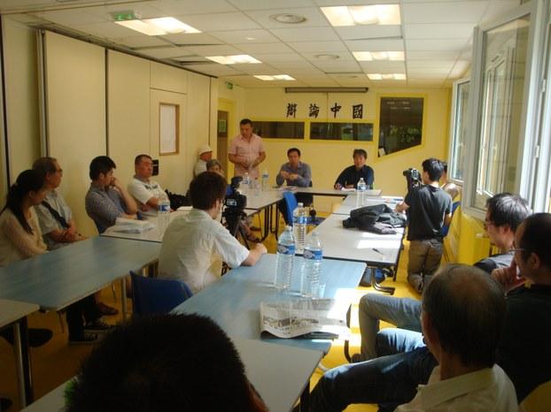 图片:宋鲁郑先生(左)和吴江先生(右)在辩论会现场。(天溢提供)