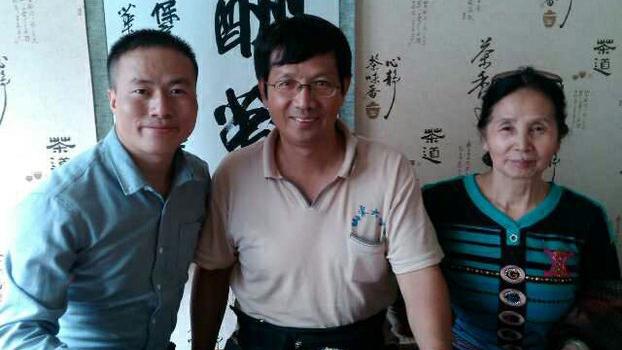 曹三强牧师(中),右为其母孙女士。(志愿者提供/记者乔龙)