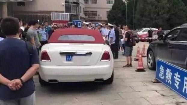阻挡医院急救通道的罗尔斯罗伊斯轿车(微博截图)