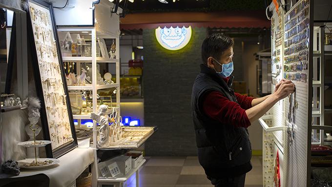 北京一家商场中的零售摊位(美联社)