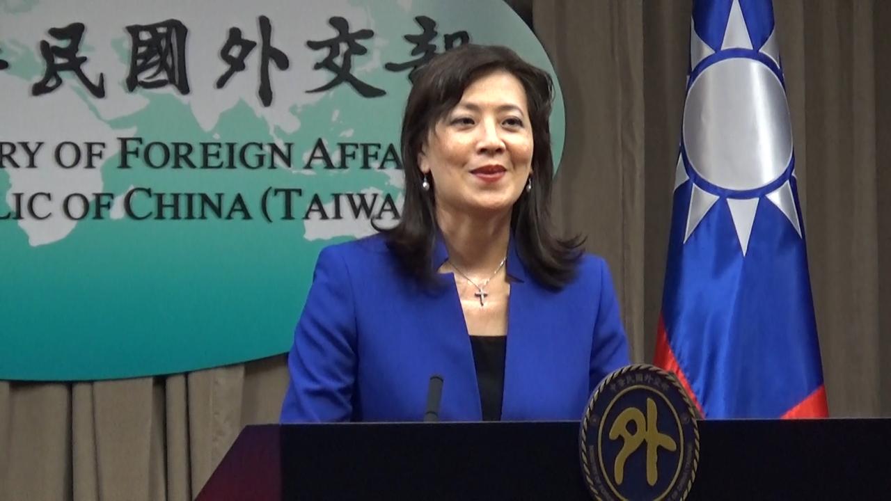 台湾外交部发言人欧江安15日在记者会回应中梵主教任命协议续签一事。(记者夏小华摄)